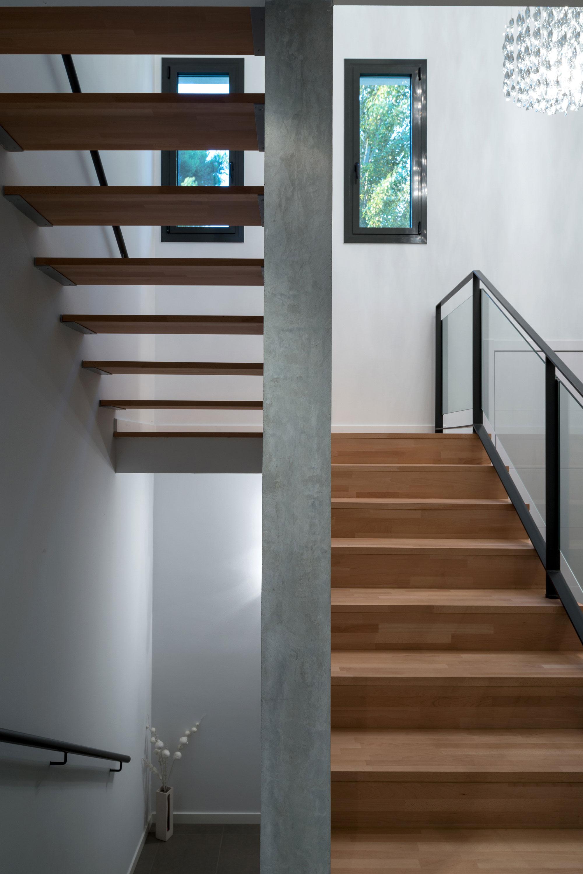 Деревянная лестница в интерьере - Фото 16