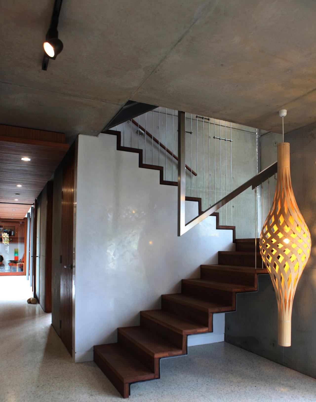Деревянная лестница в интерьере - Фото 17