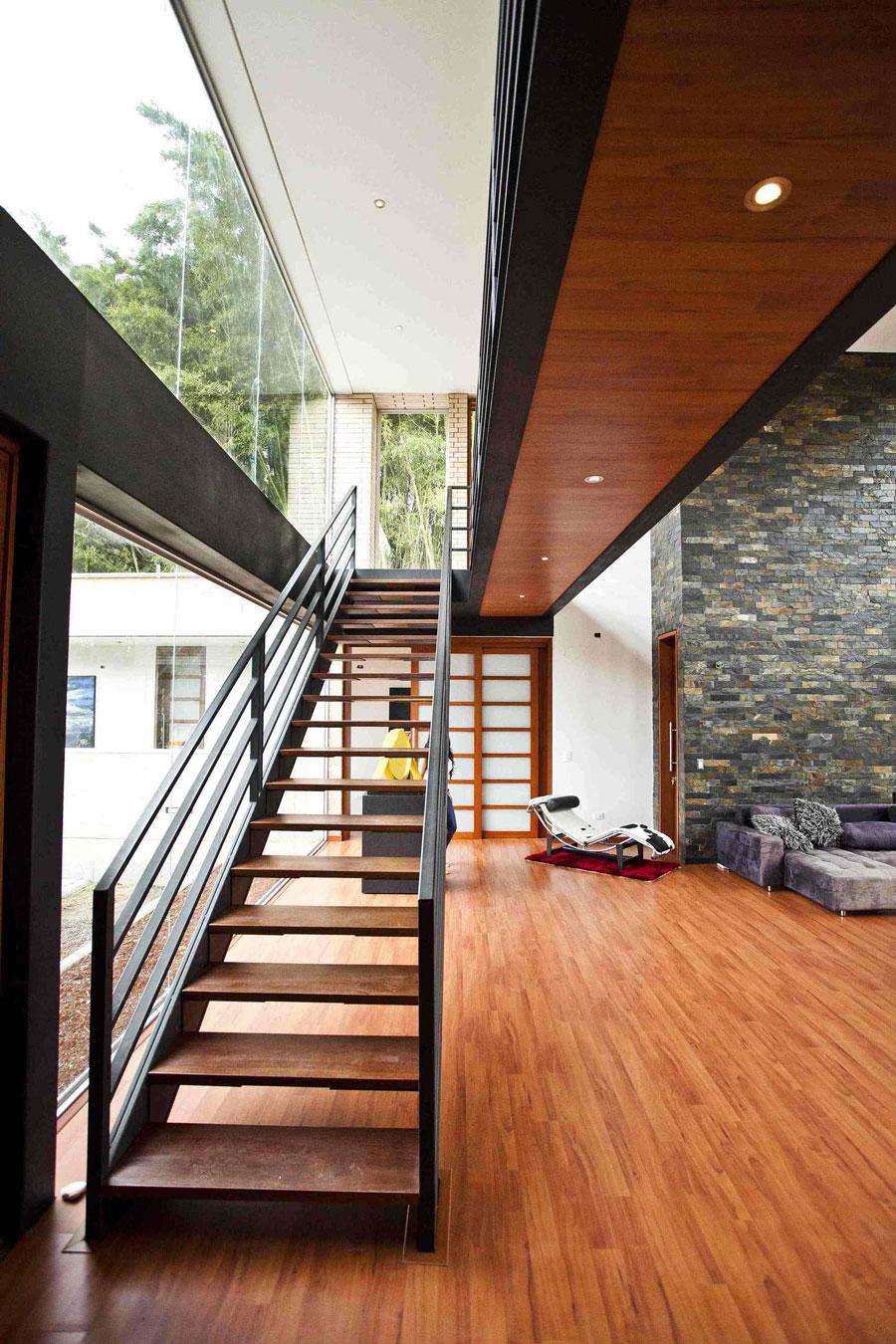 Деревянная лестница в интерьере - Фото 18