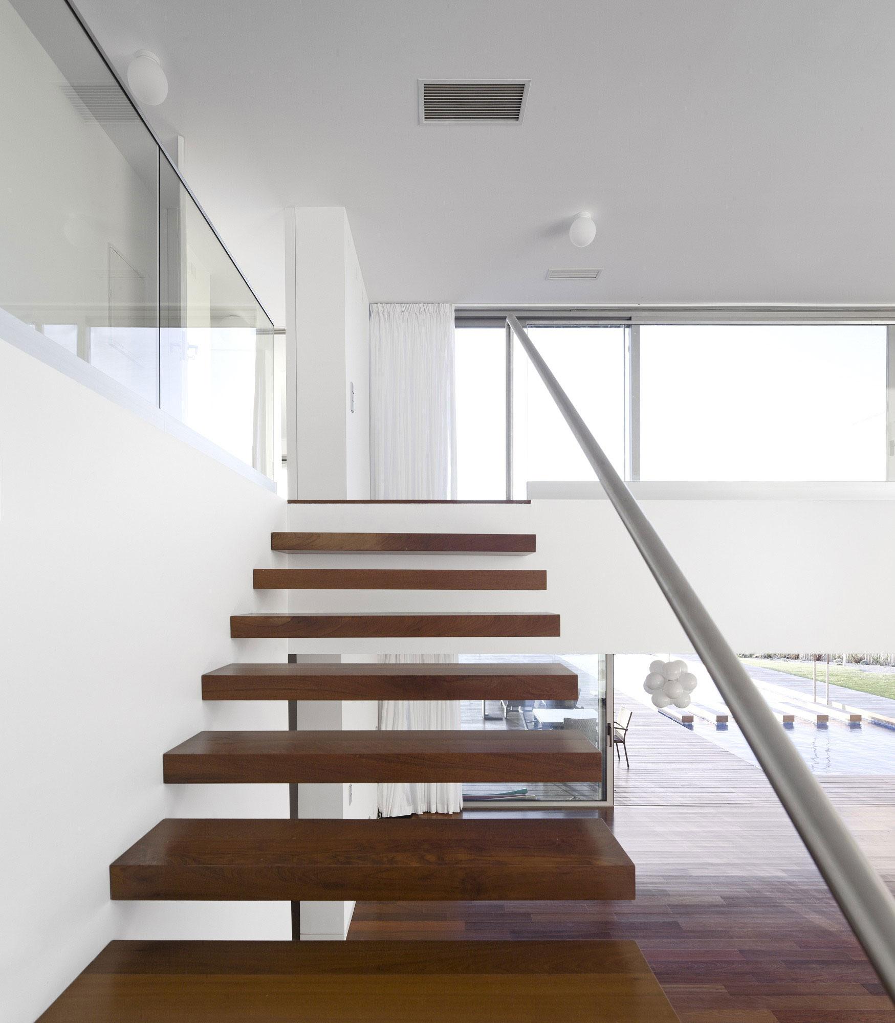 Деревянная лестница в интерьере - Фото 19