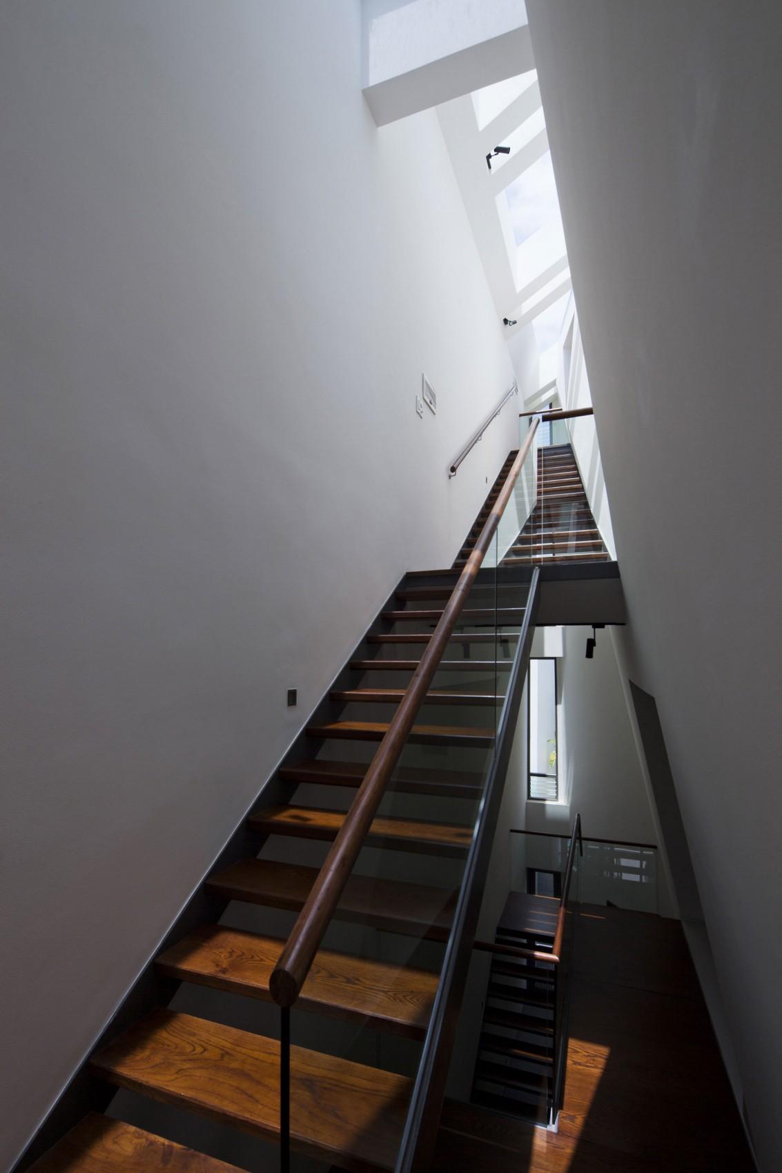 Деревянная лестница в интерьере - Фото 22