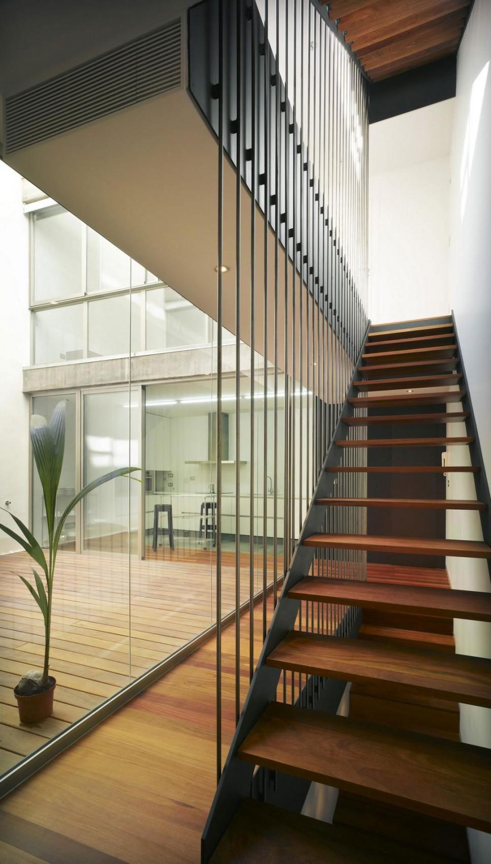 Деревянная лестница в интерьере - Фото 25