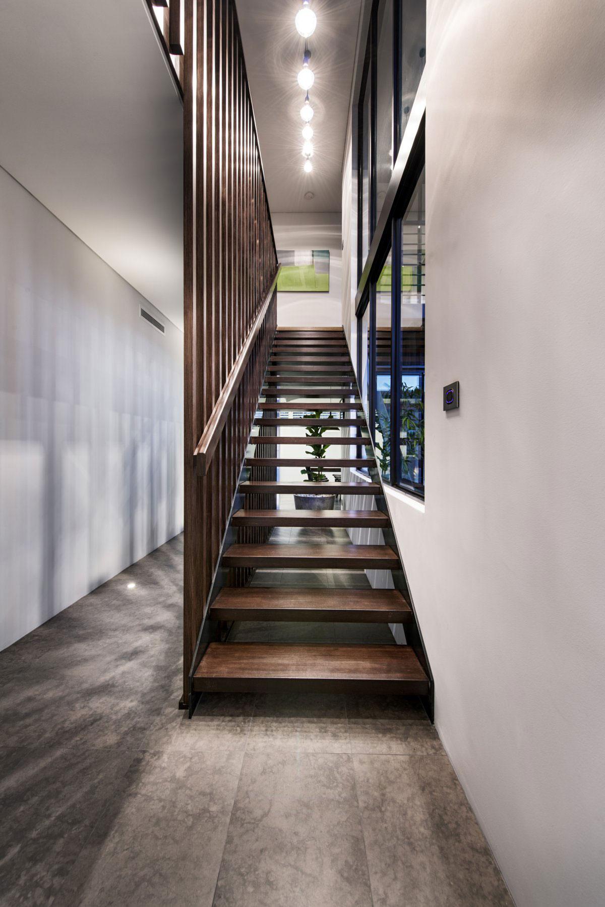 Деревянная лестница в интерьере - Фото 26