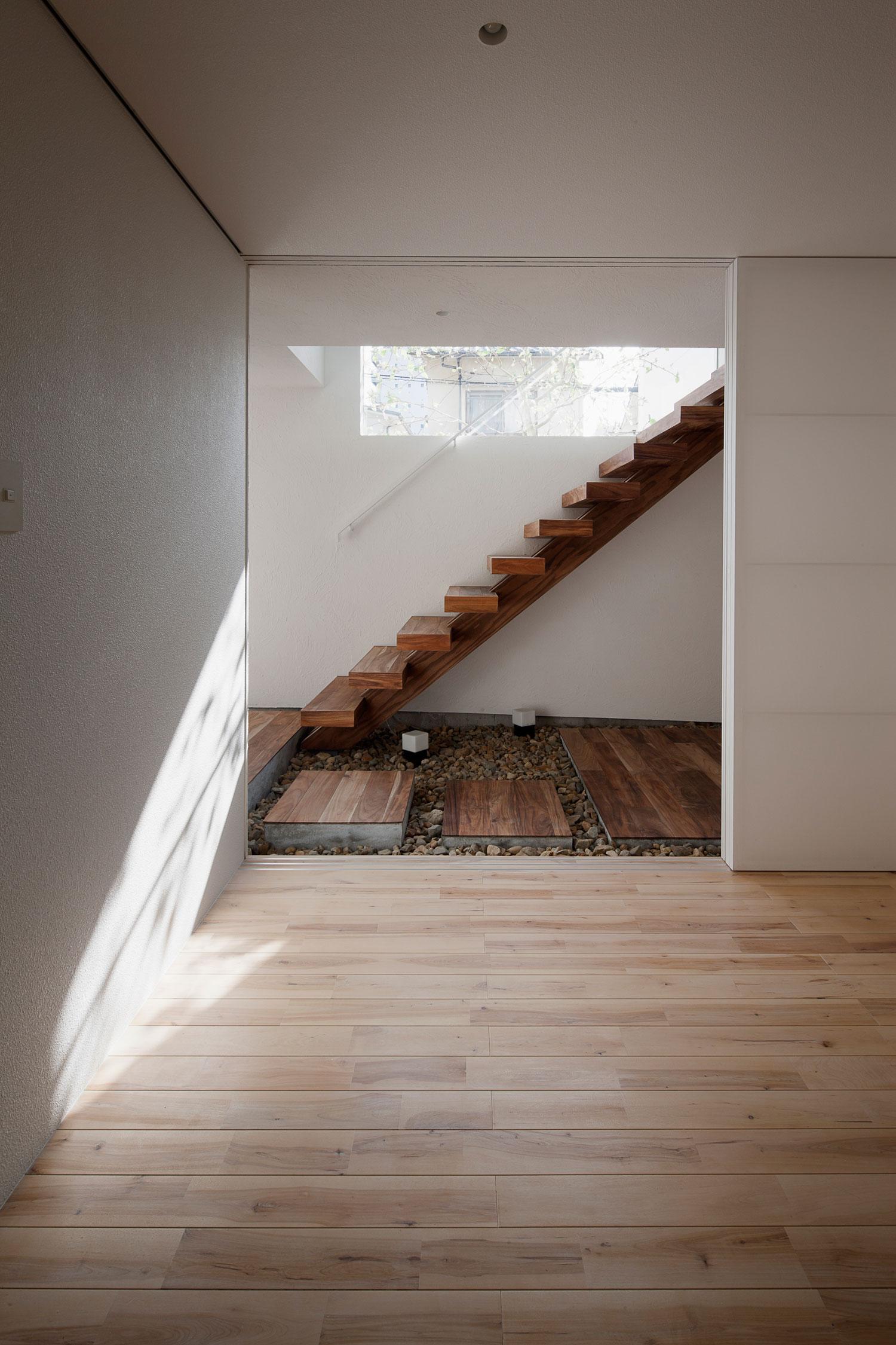 Деревянная лестница в интерьере - Фото 27