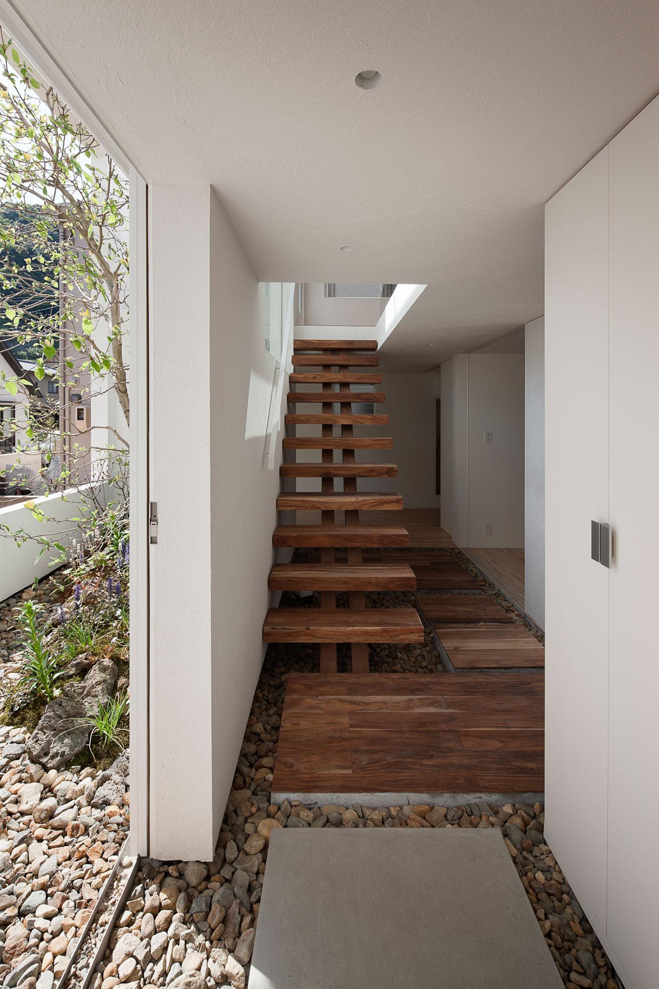 Деревянная лестница в интерьере - Фото 28