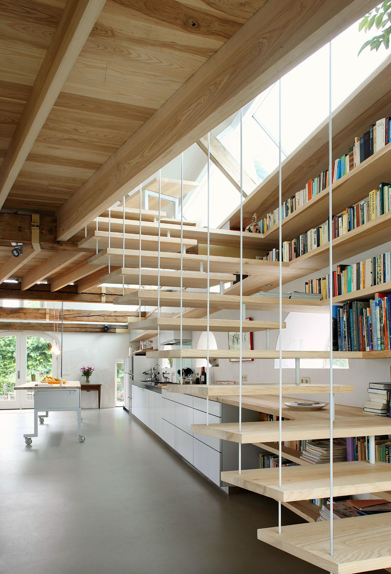 Деревянная лестница в интерьере - Фото 29