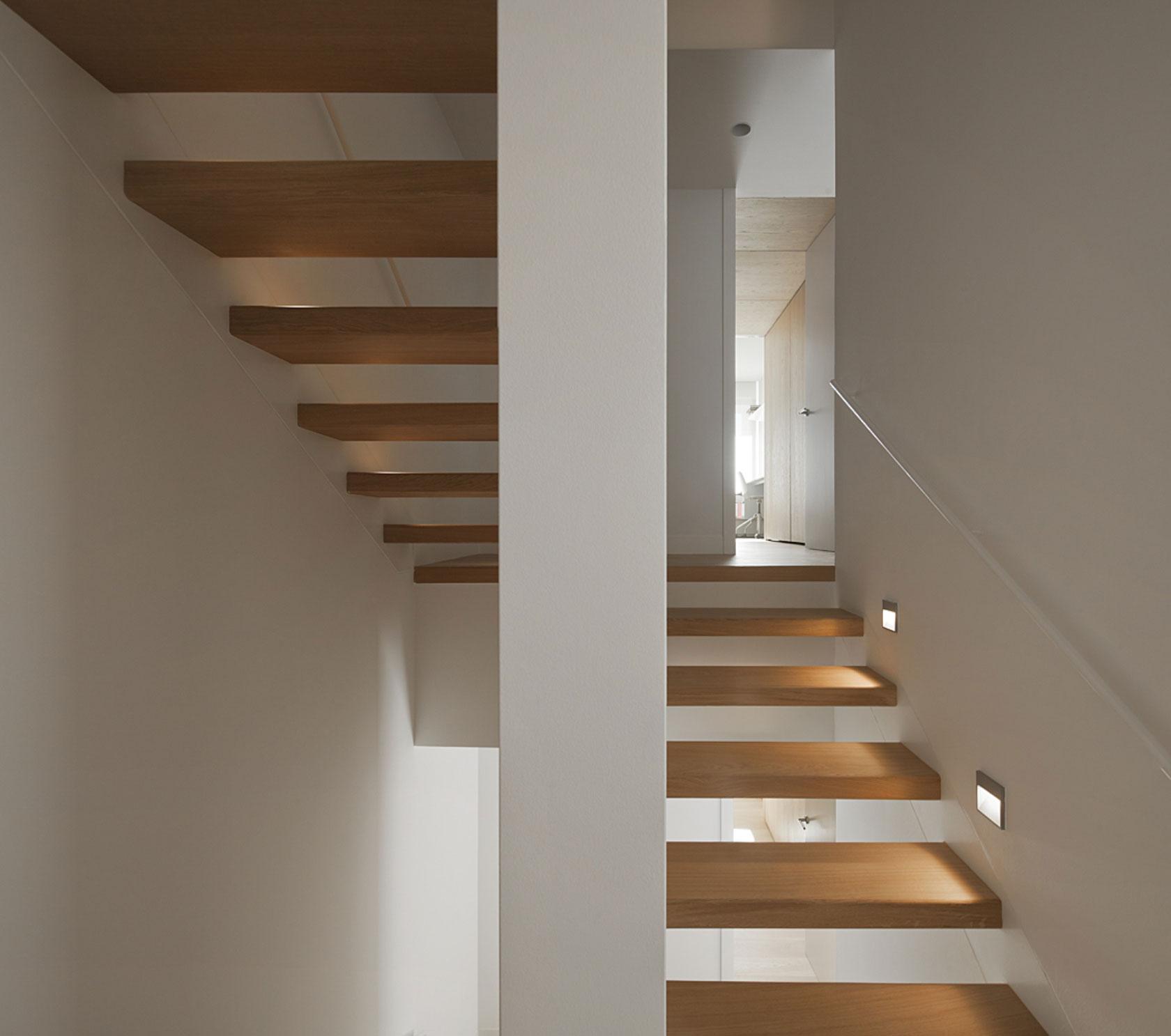 Деревянная лестница в интерьере - Фото 30