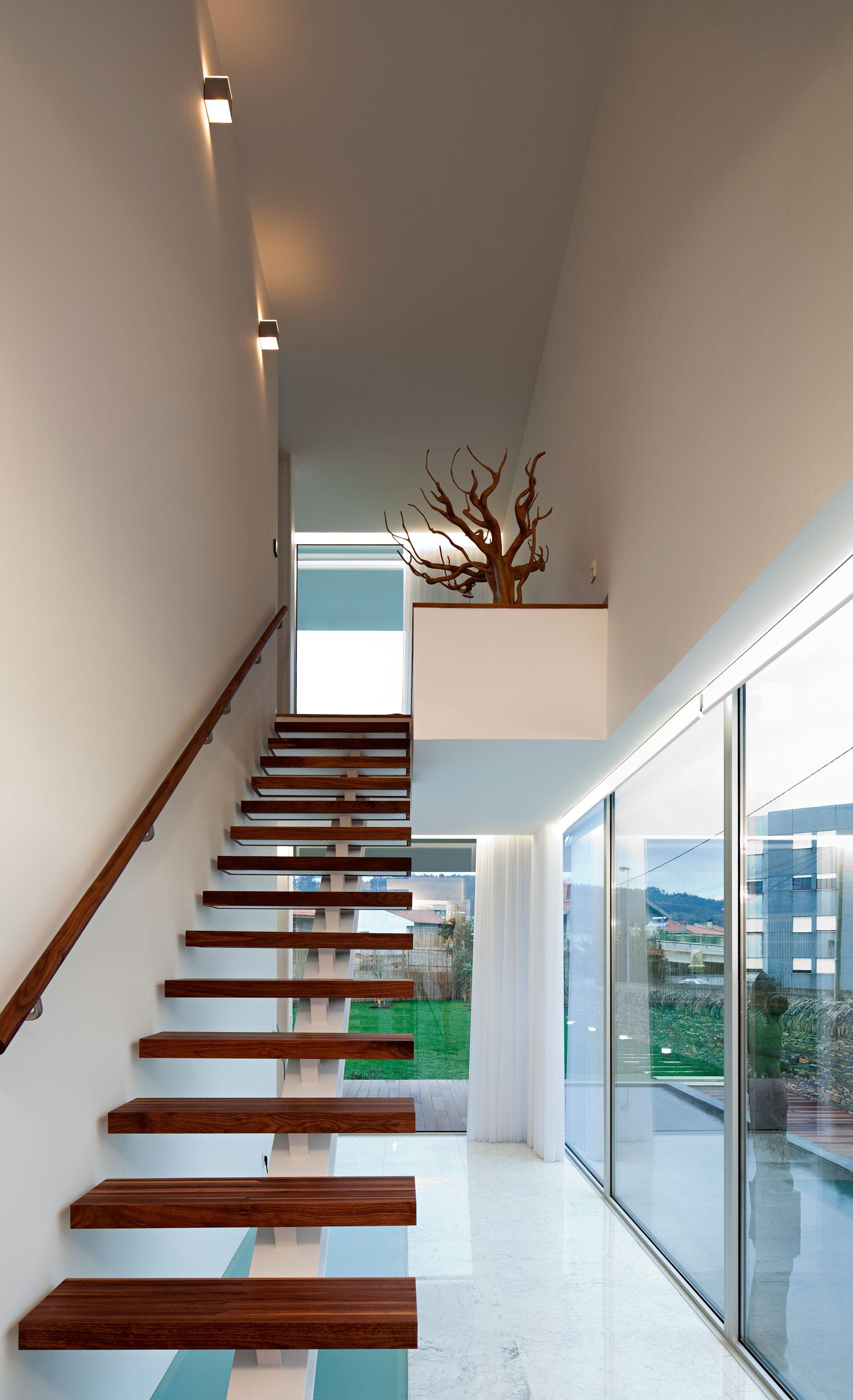 Деревянная лестница в интерьере - Фото 31