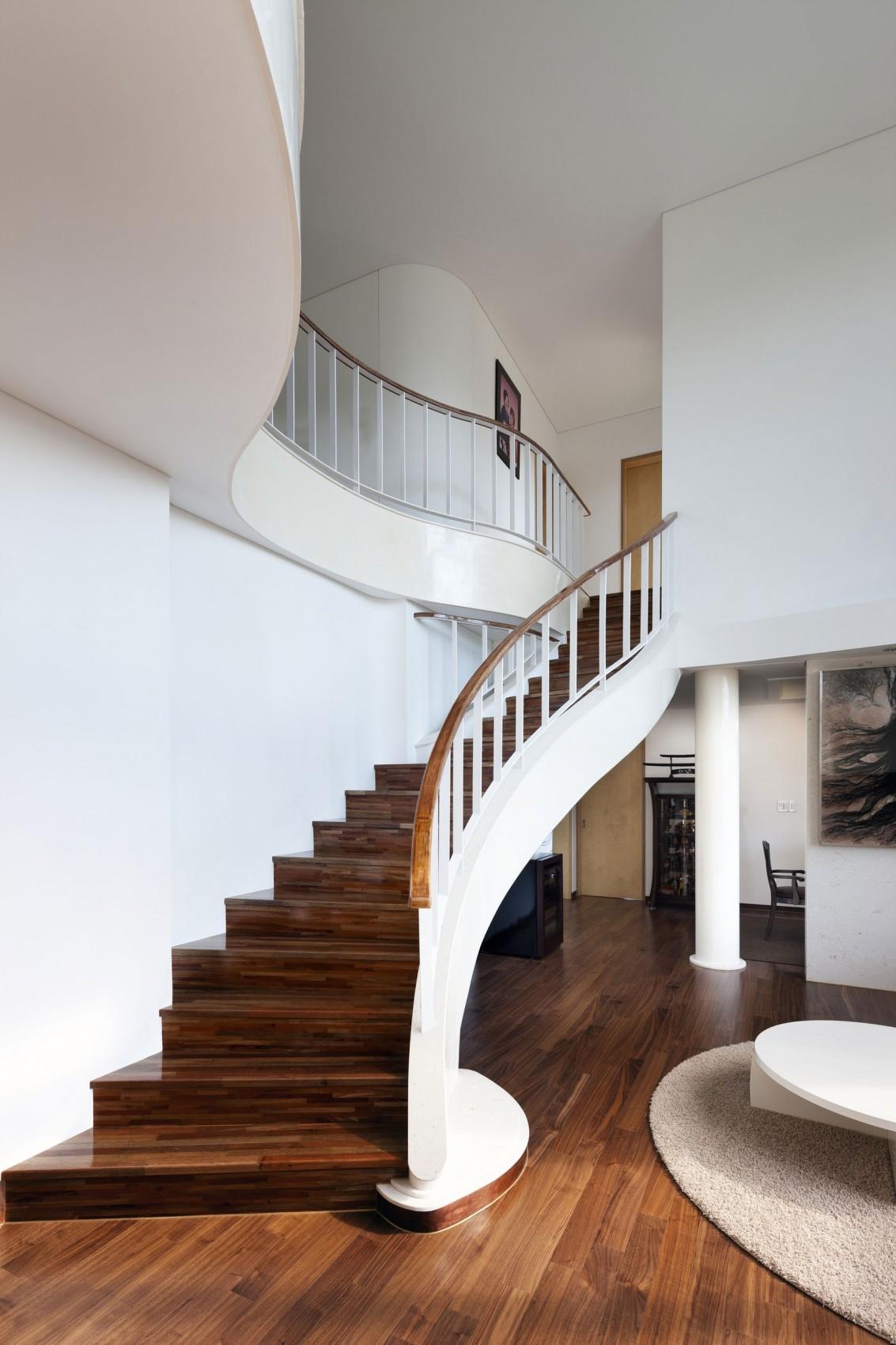 Деревянная лестница в интерьере - Фото 32
