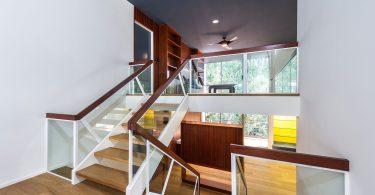 Элемент интерьера на все времена - деревянная лестница в интерьере