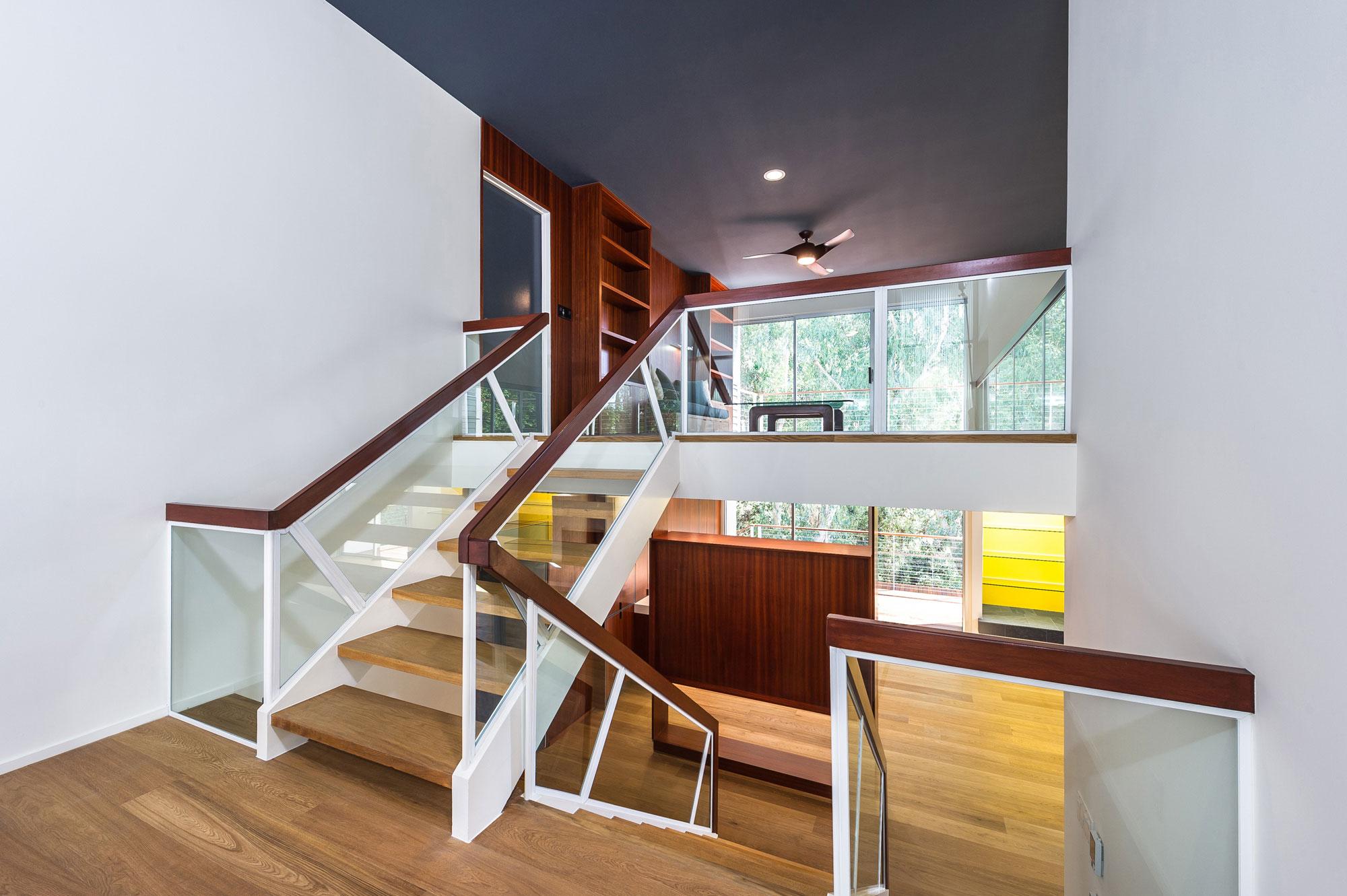 Деревянная лестница в интерьере - Фото 1