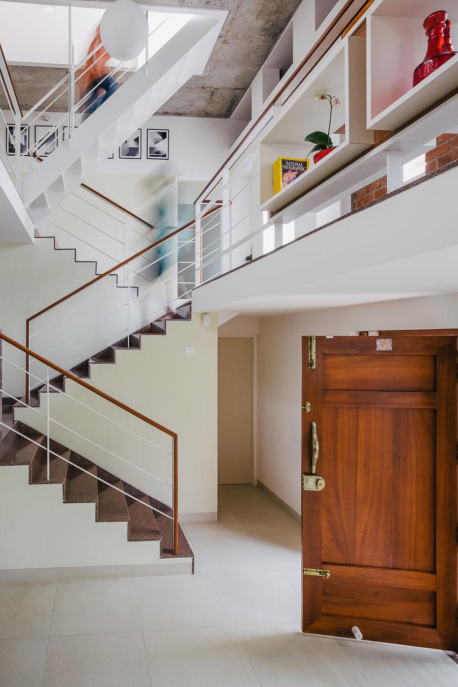 Деревянная лестница в интерьере - Фото 34