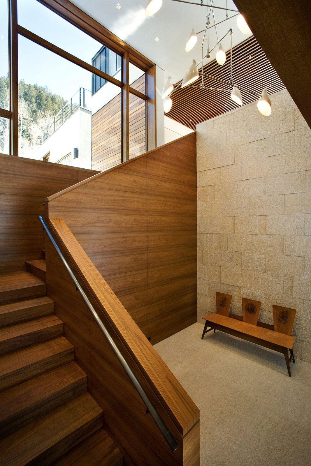 Деревянная лестница в интерьере - Фото 35