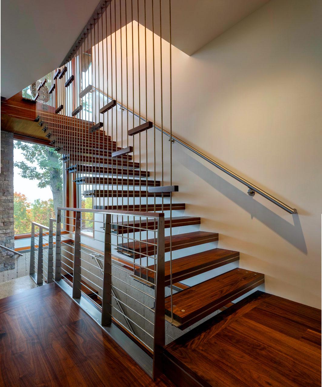 Деревянная лестница в интерьере - Фото 36