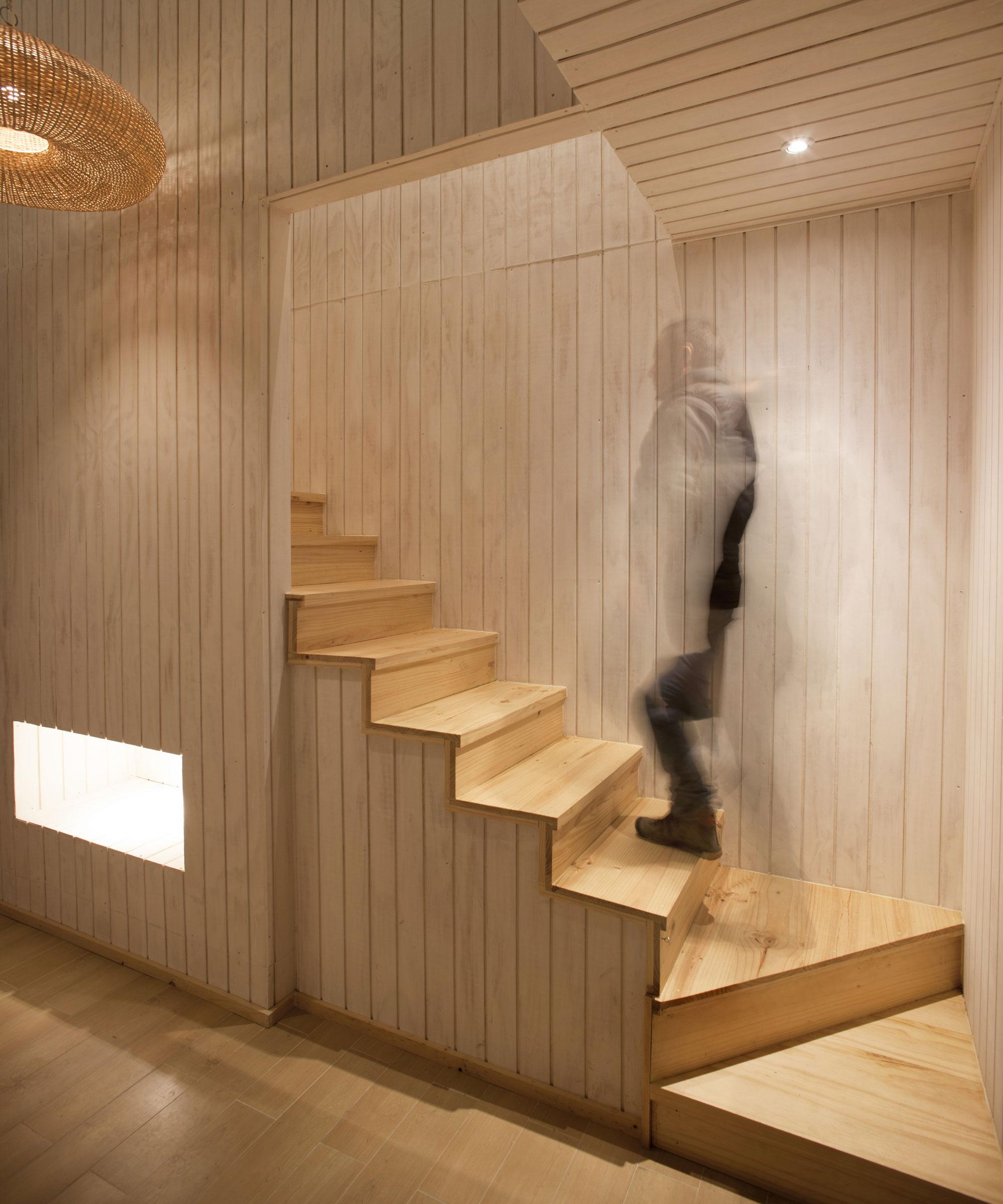 Деревянная лестница в интерьере - Фото 37