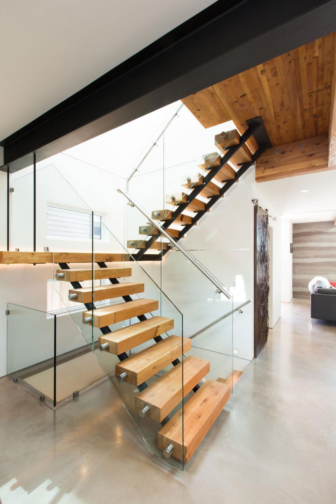 Деревянная лестница в интерьере - Фото 38