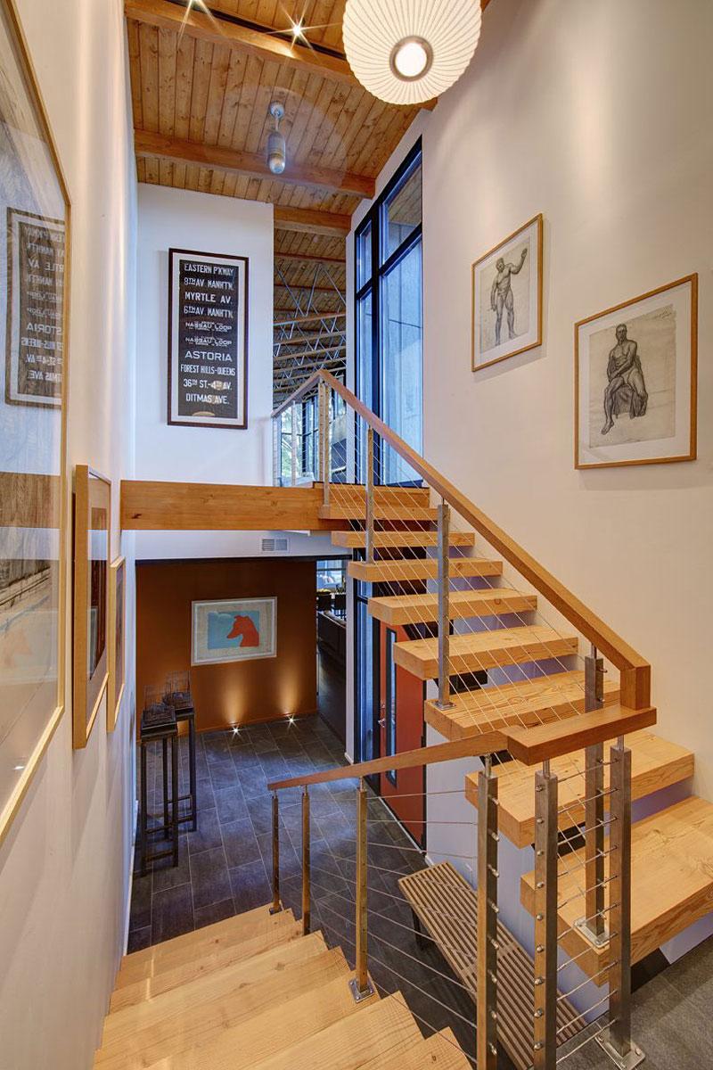 Деревянная лестница в интерьере - Фото 40