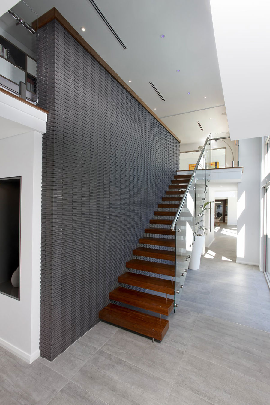 Деревянная лестница в интерьере - Фото 41