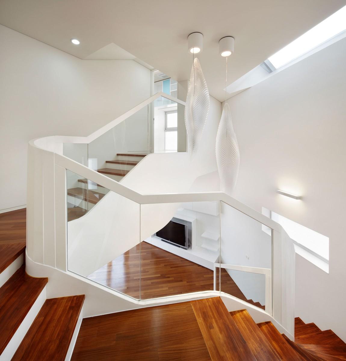 Деревянная лестница в интерьере - Фото 43