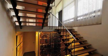Интересные примеры оформления жилья в несколько этажей: деревянная лестница в интерьере