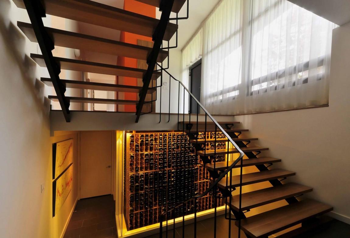 Деревянная лестница в интерьере - Фото 45