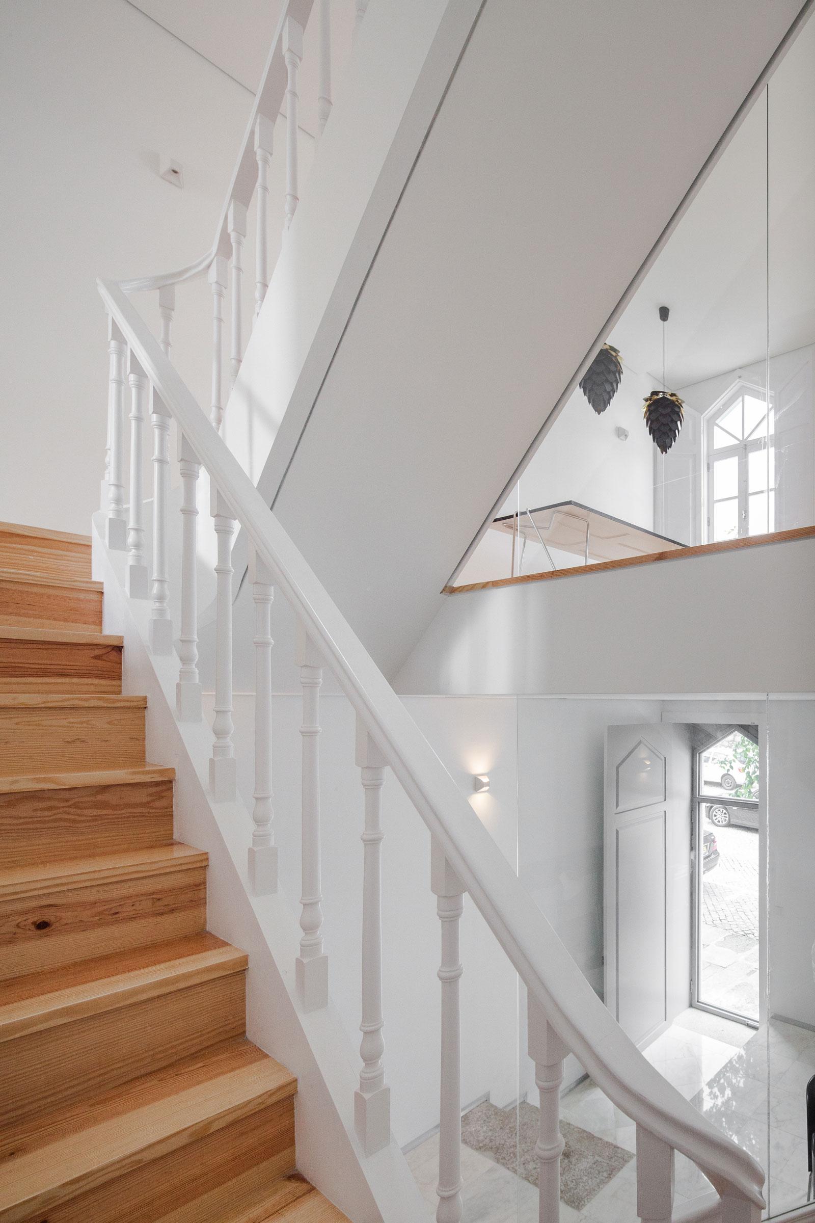 Деревянная лестница в интерьере - Фото 48