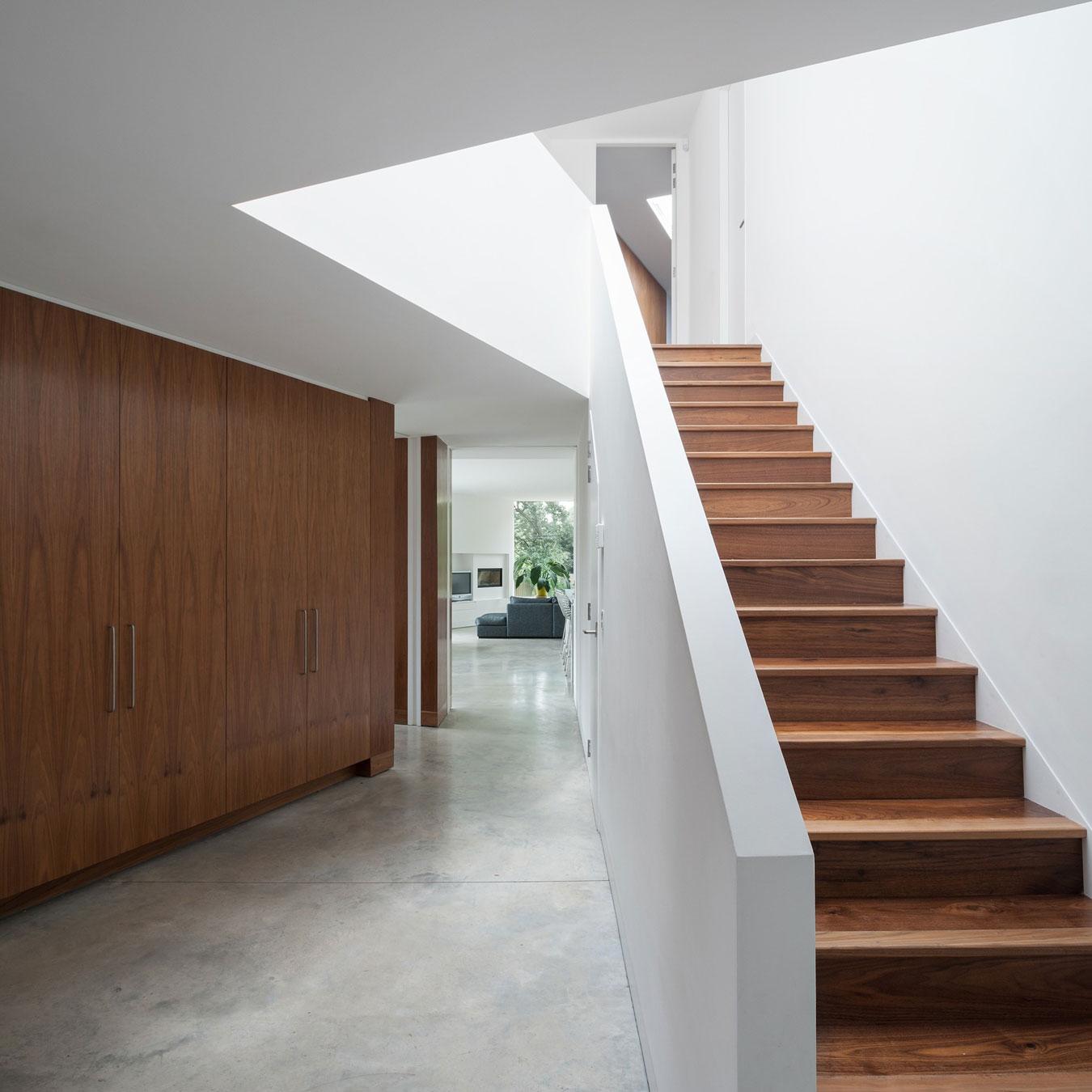 Деревянная лестница в интерьере - Фото 49