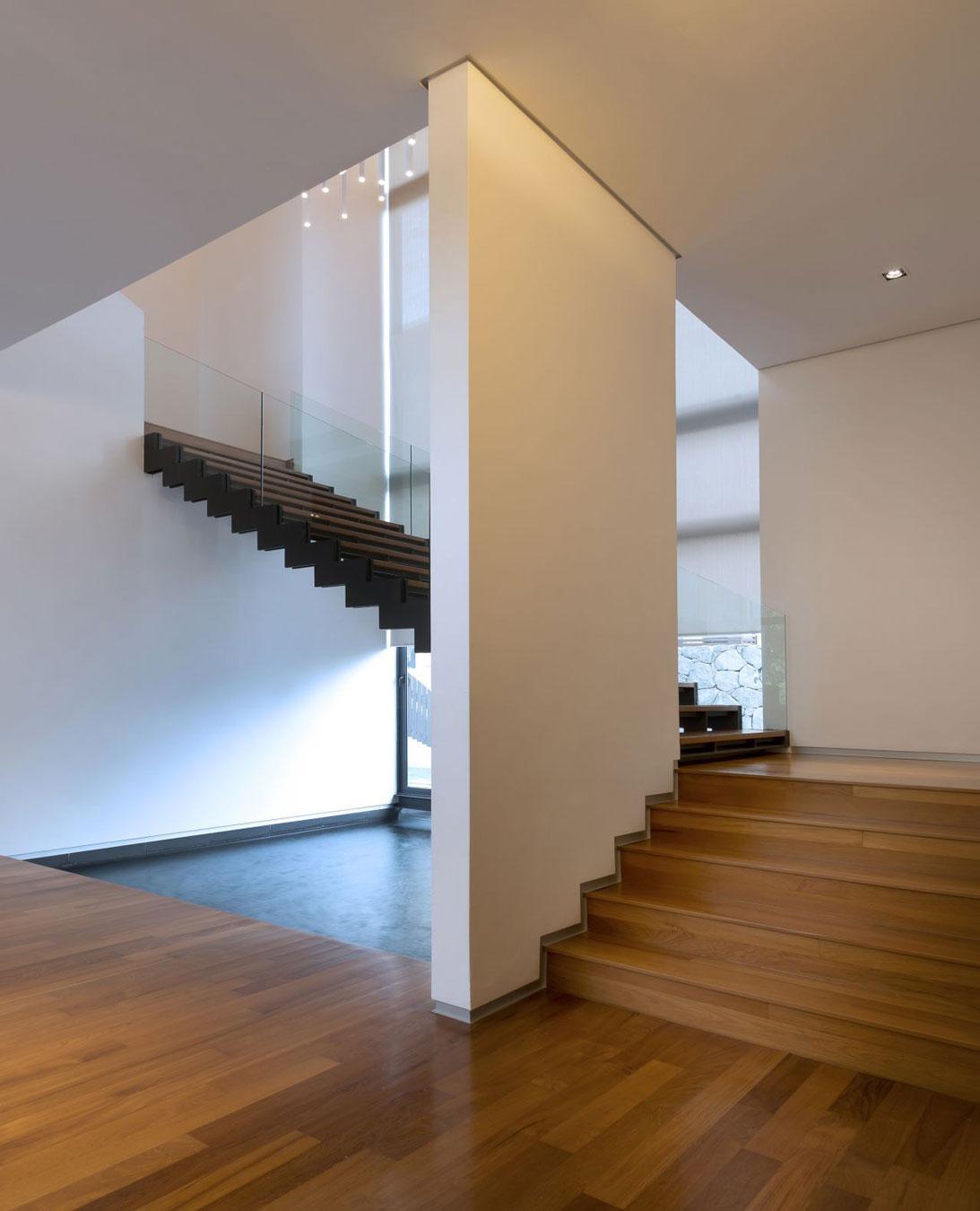 Деревянная лестница в интерьере - Фото 50