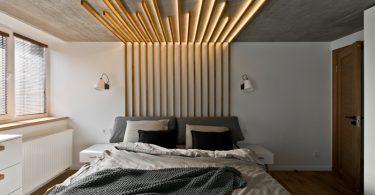 Деревянный декор потолка и стен в спальне