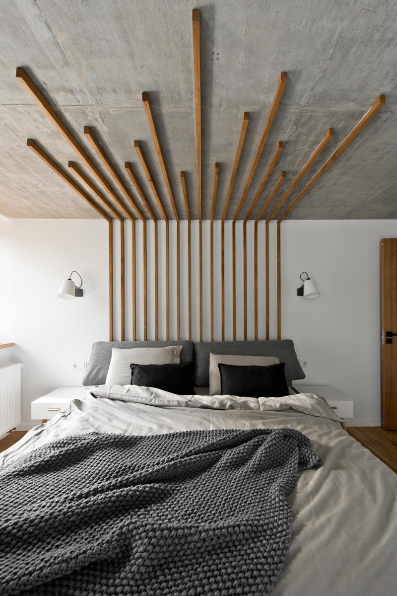 Деревянный декор стен у изголовья кровати