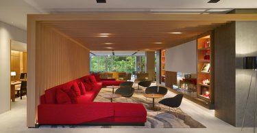 Деревянные балки в гостиной известного спа-салона