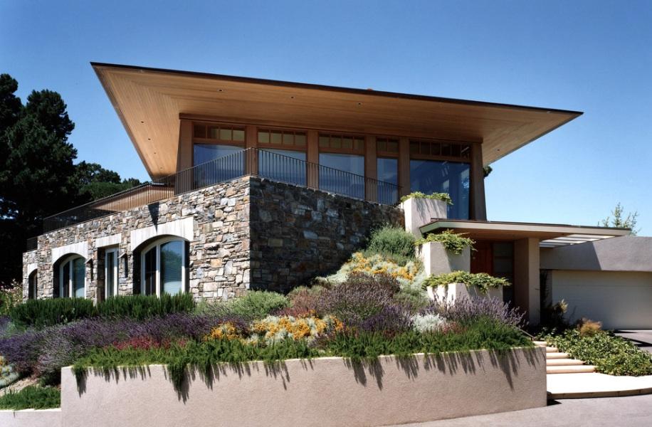 Отделанный камнем фасад загородного дома,