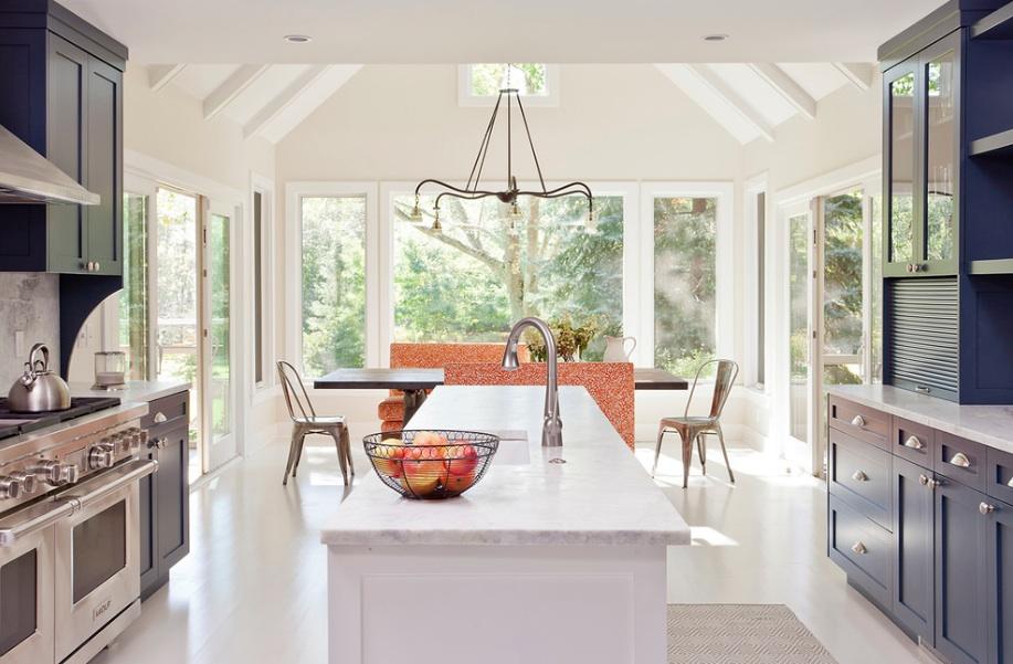 Дизайн кухни в серо-белом цвете