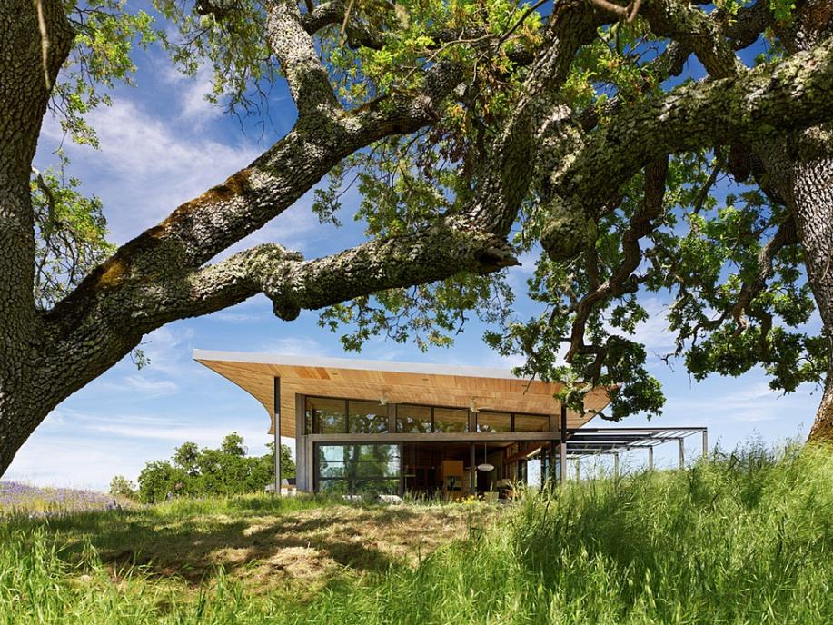Оригинальная деревянная крыша загородного дома