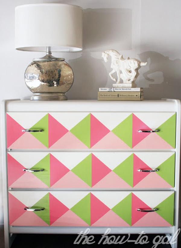Разноцветные треугольнички в качестве декора комода