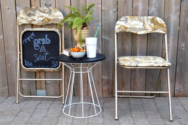 Складные стулья около кофейного столика
