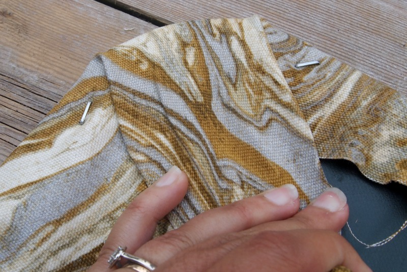 Процесс крепления ткани к стулу