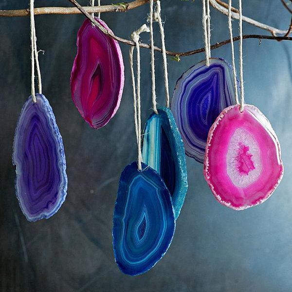 Разноцветные ёлочные украшения в виде агатовых срезов