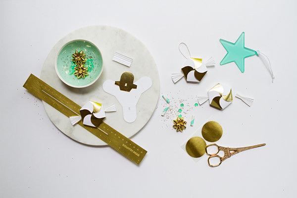 DIY-украшения на ёлку: разноцветные бумажные звёздочки