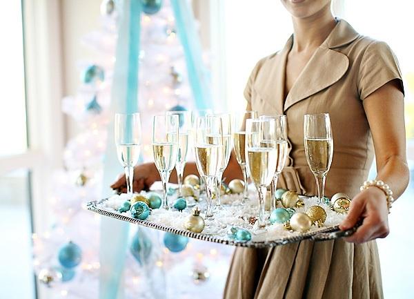 Бокалы шампанского на подносе, украшенном цветными шариками