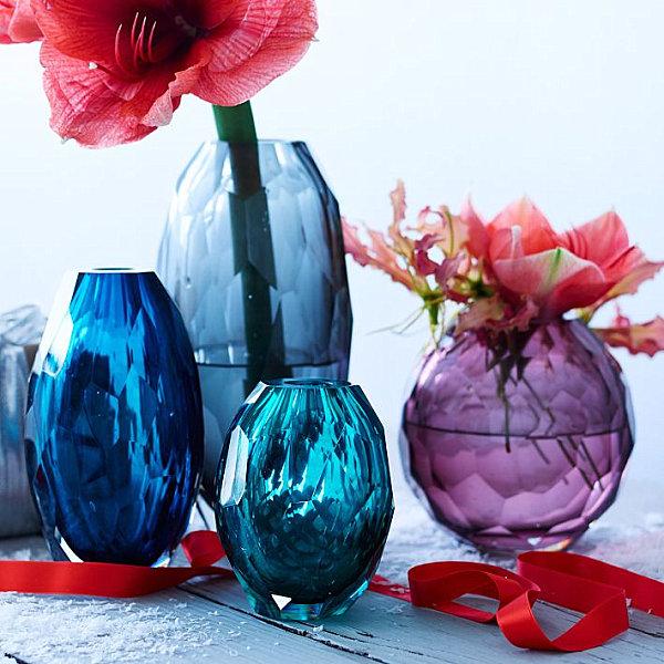Предметы новогоднего декора: живые цветы в стеклянных вазах
