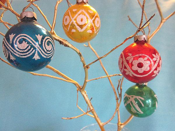 Цветные шарики, развешанные на голые ветки дерева