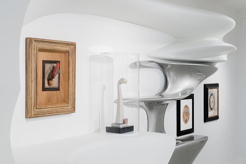 Дизайн выставочного зала: изгибаются предметы мебели