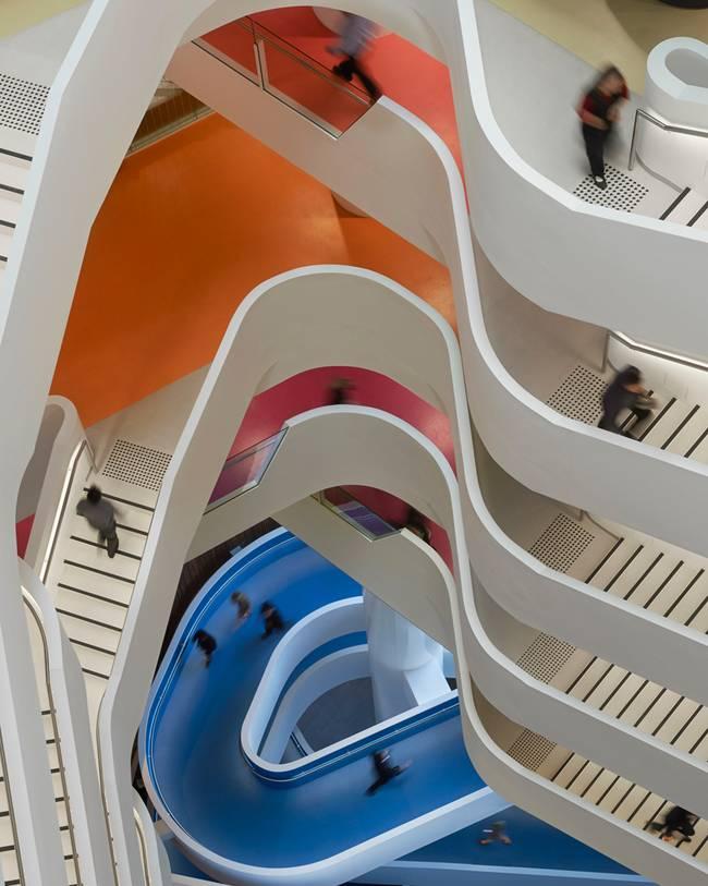 Дизайн большой лестницы нестандартной формы