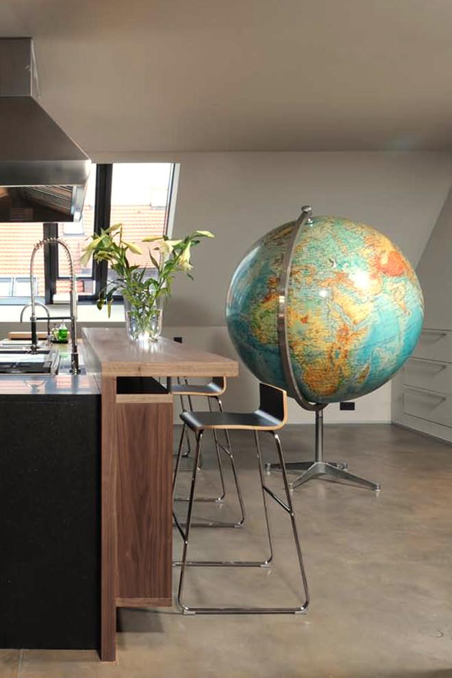 Громоздкий глобус в интерьере помещения