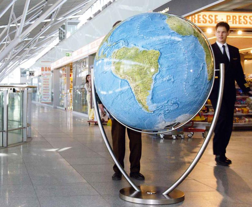 Огромный глобус в интерьере торгового центра