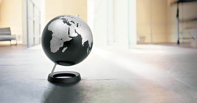 Красивый глобус в интерьере