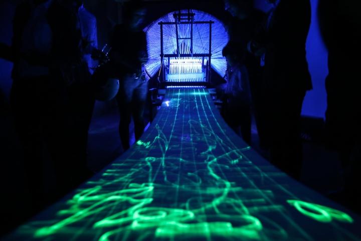 Яркий дизайн инсталляции с ткацким станком - Фото 4