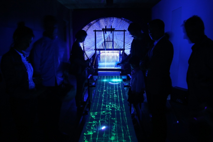 Яркий дизайн инсталляции с ткацким станком - Фото 5