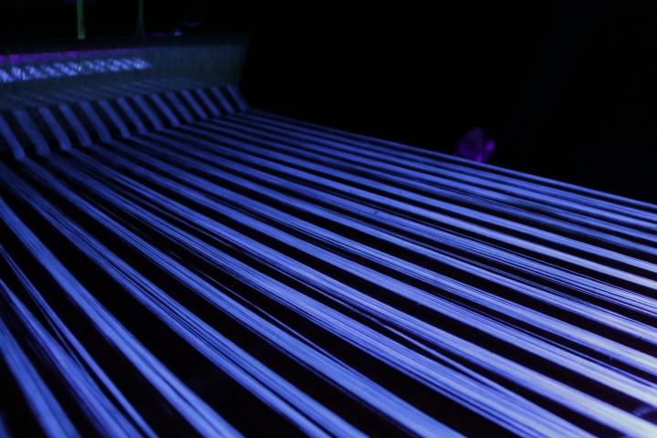 Яркий дизайн инсталляции с ткацким станком - Фото 6